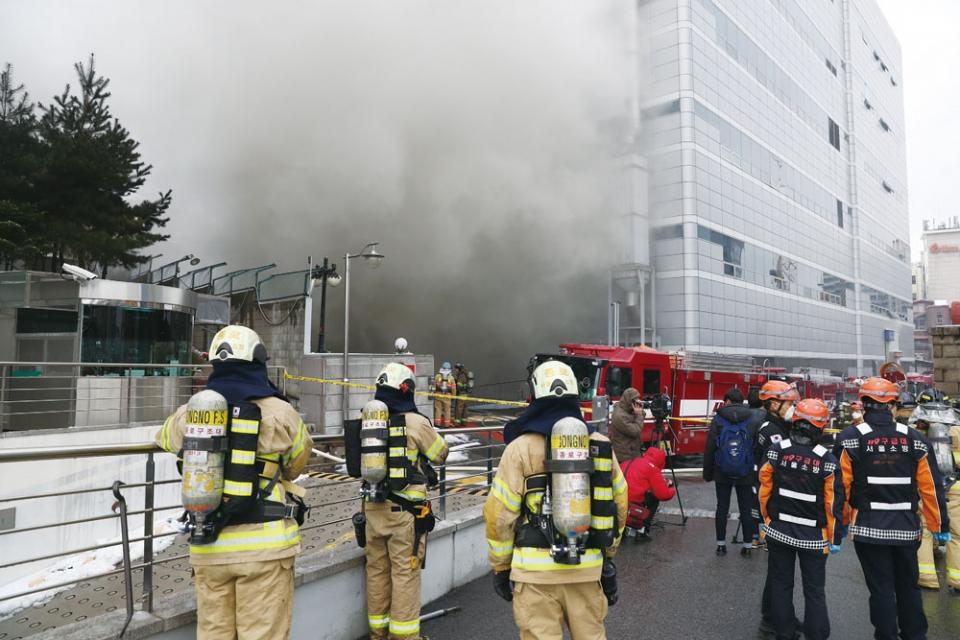 2018년 11월24일 KT 아현지사 통신구에 화재가 발생해 인근 전화나 인터넷 서비스가 마비되는 등 큰 혼란을 빚었다 ⓒ 연합뉴스